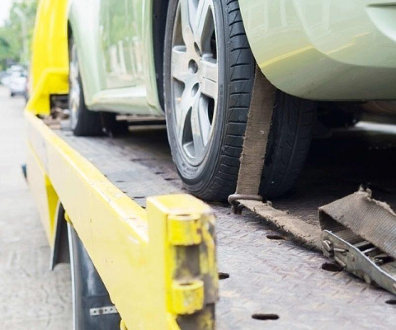 Šlep služba u Novom Sadu prevozi vozilio u kvaru na svom vozilu za vuču