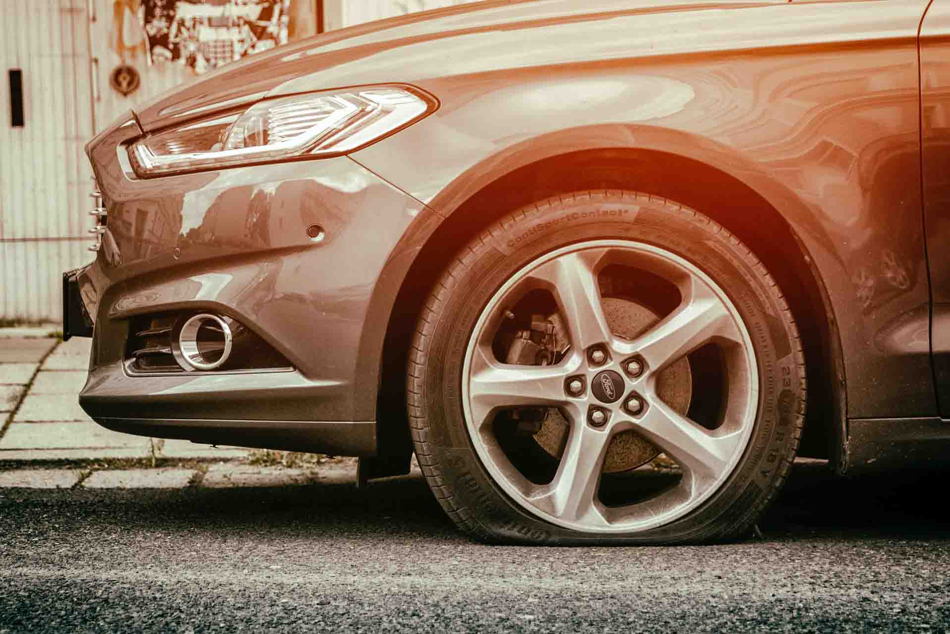 Prikaz probušene prednje automobilske gume