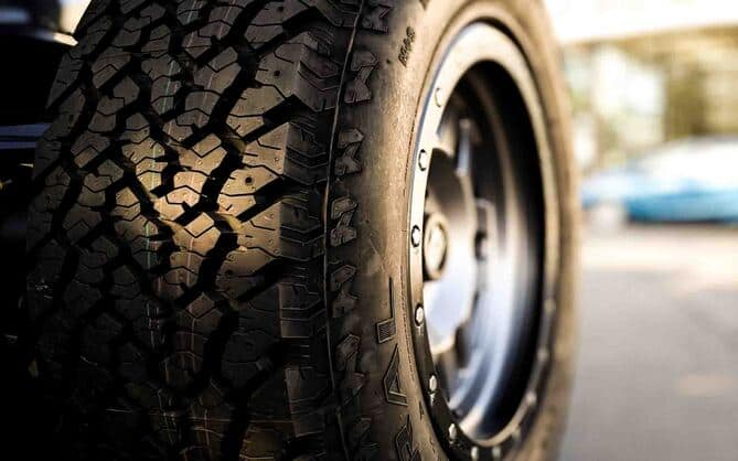 Prikaz zimske automobilske gume sa dubokim brazdama