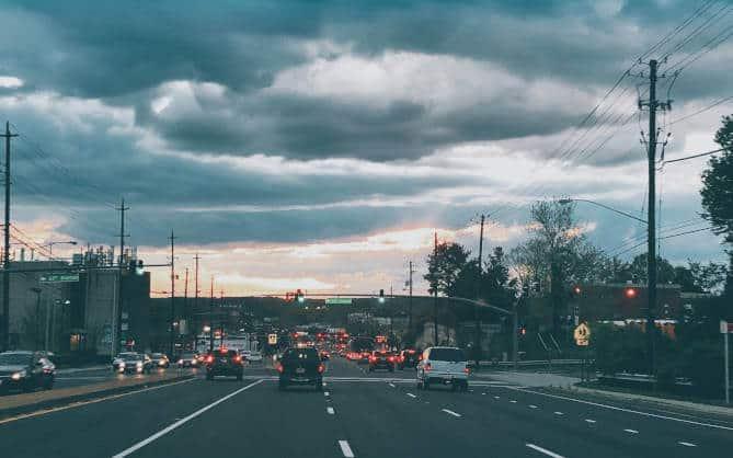 Prikaz saobraćajne gužve na auto-putu u sumrak