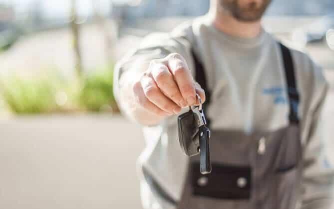 Čovek drži ključeve u ruci