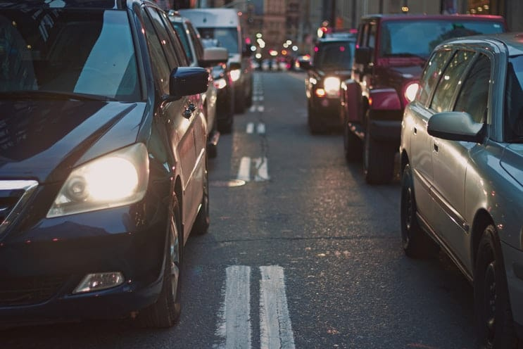 prikaz automobilskog saobraćaja na ulici