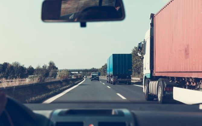 prikaz kamiona u vožnji autoputem