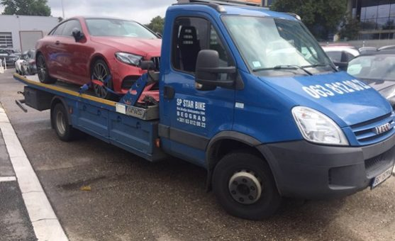 Šlep crvenog automobila na Karaburmi na plavom šlep kamionu