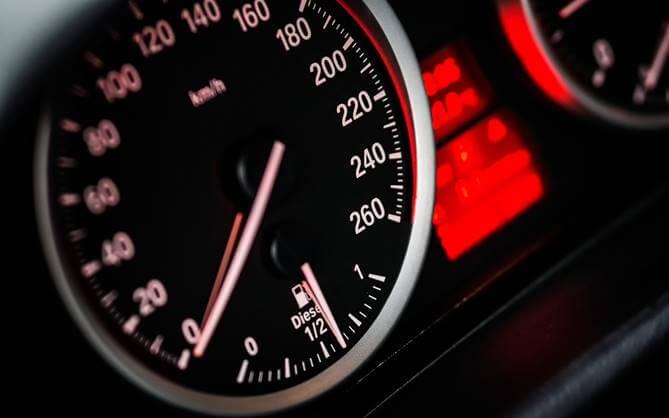 kontrolna tabla merenja brzine u automobilu